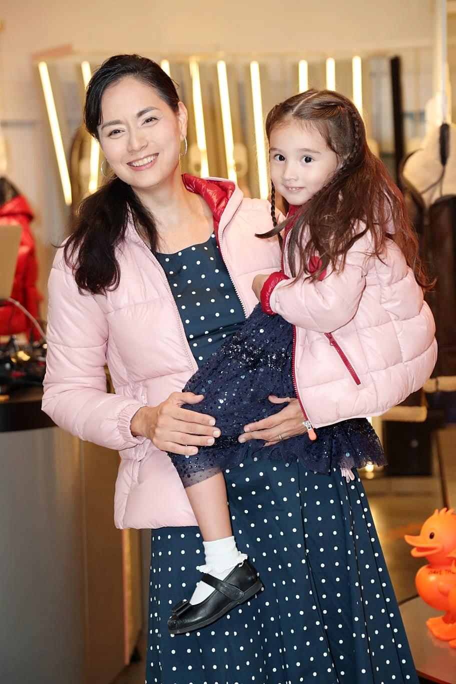 名模Ana R.和女兒。