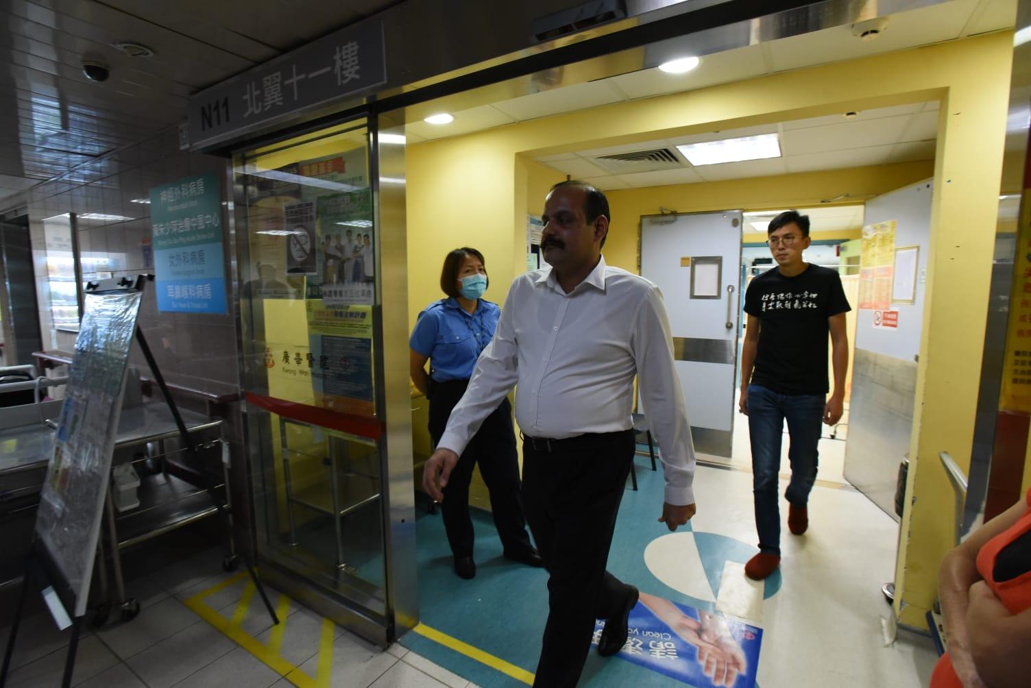 多名南亞人士到醫院探望。