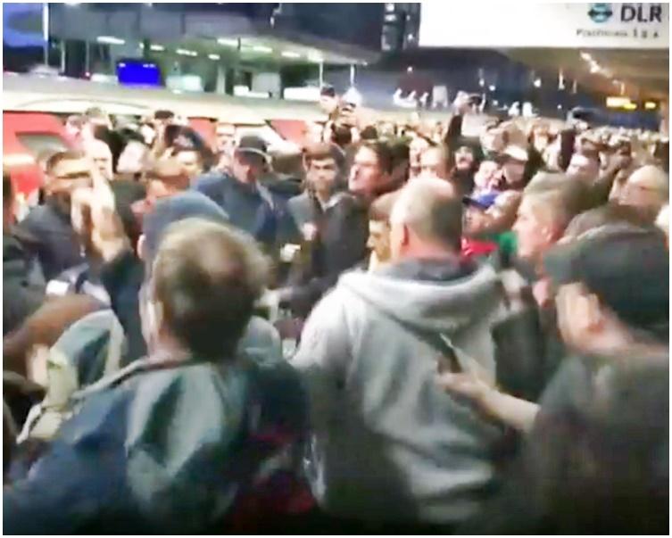 事發時月台擠滿乘客。BBC影片截圖