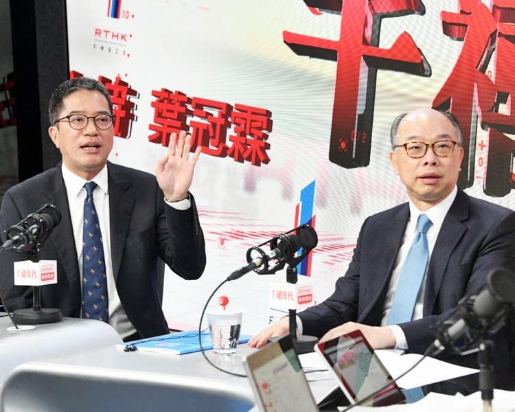 陳帆承認要在未來3年提供1萬個過渡性房屋單位挑戰很大。左為黃偉綸。