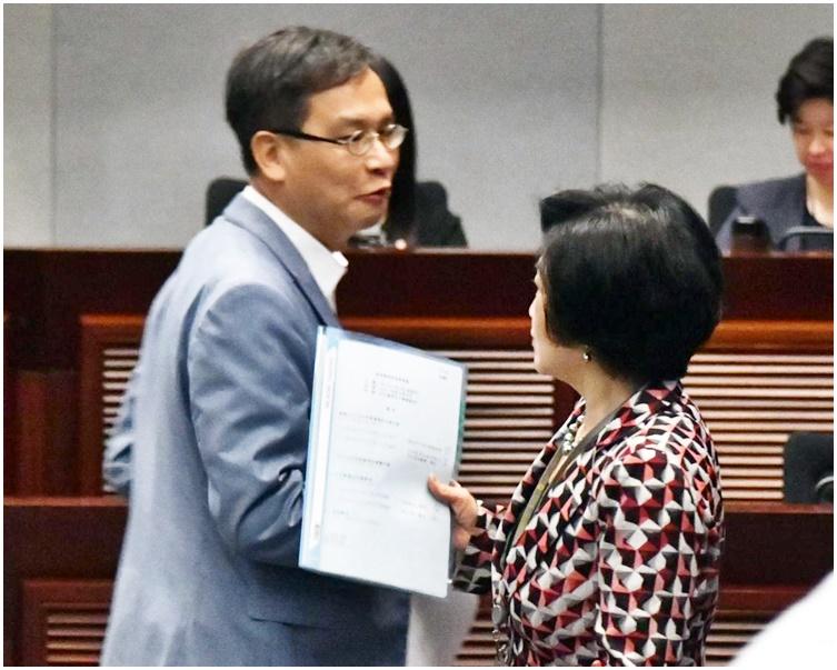 葉劉淑儀(右)擊敗葉建源當選教育事務委員會主席。