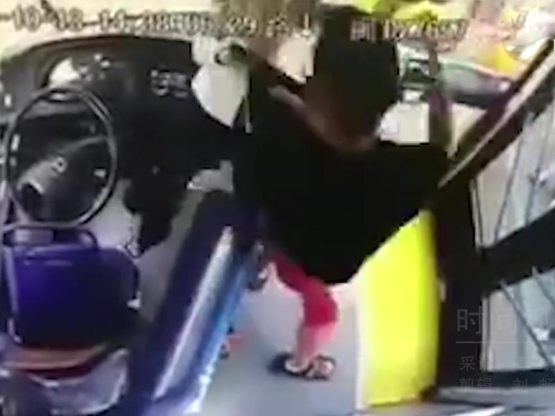被女司機質疑沒有付車費,男乘客暴躁起來,將女司機打至骨折。(網圖)