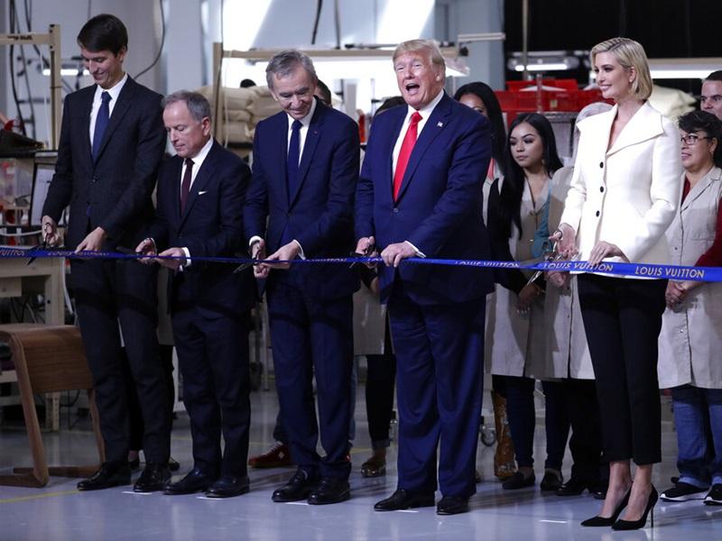 特朗普與長女伊萬卡和女婿庫什納一起出席LV德州生產線開幕式。AP