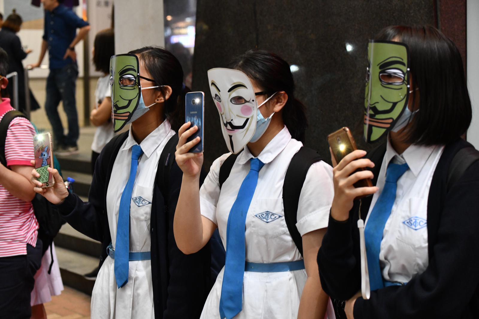 多區港鐵站外群眾聚集 築面具人鏈抗議《禁蒙面法》