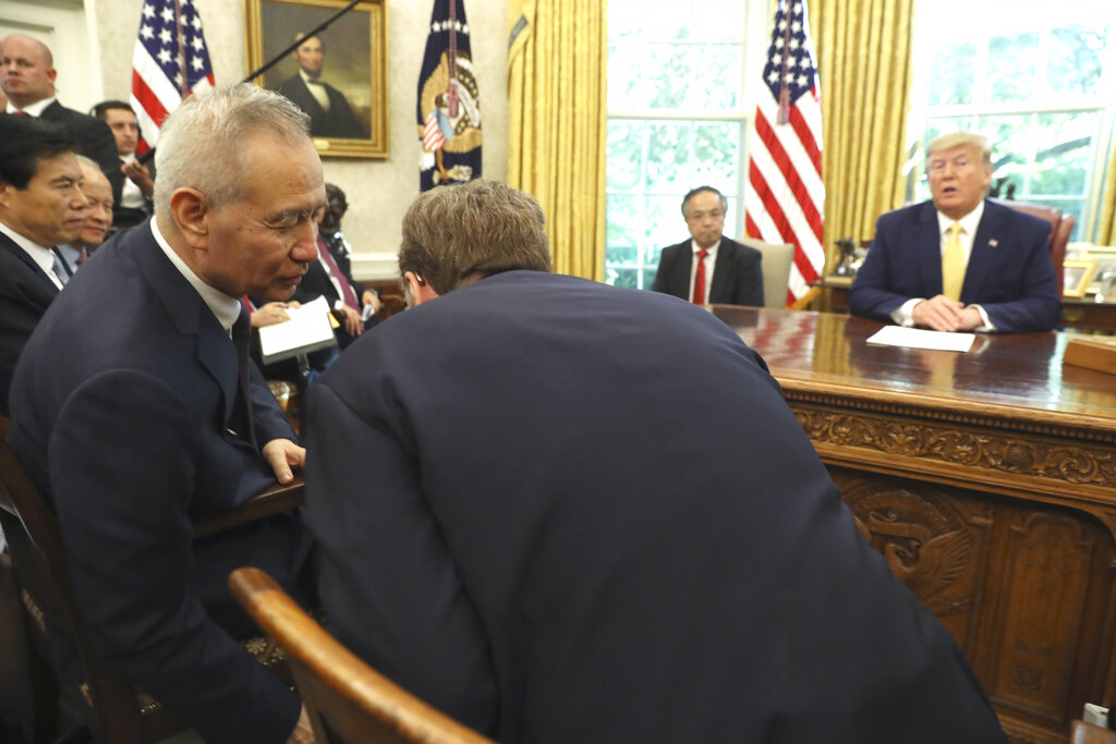 特朗普上周四會晤國務院副總理劉鶴。AP