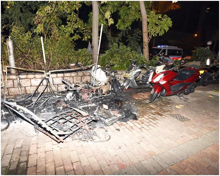 其中一輛電單車燒成廢鐵。