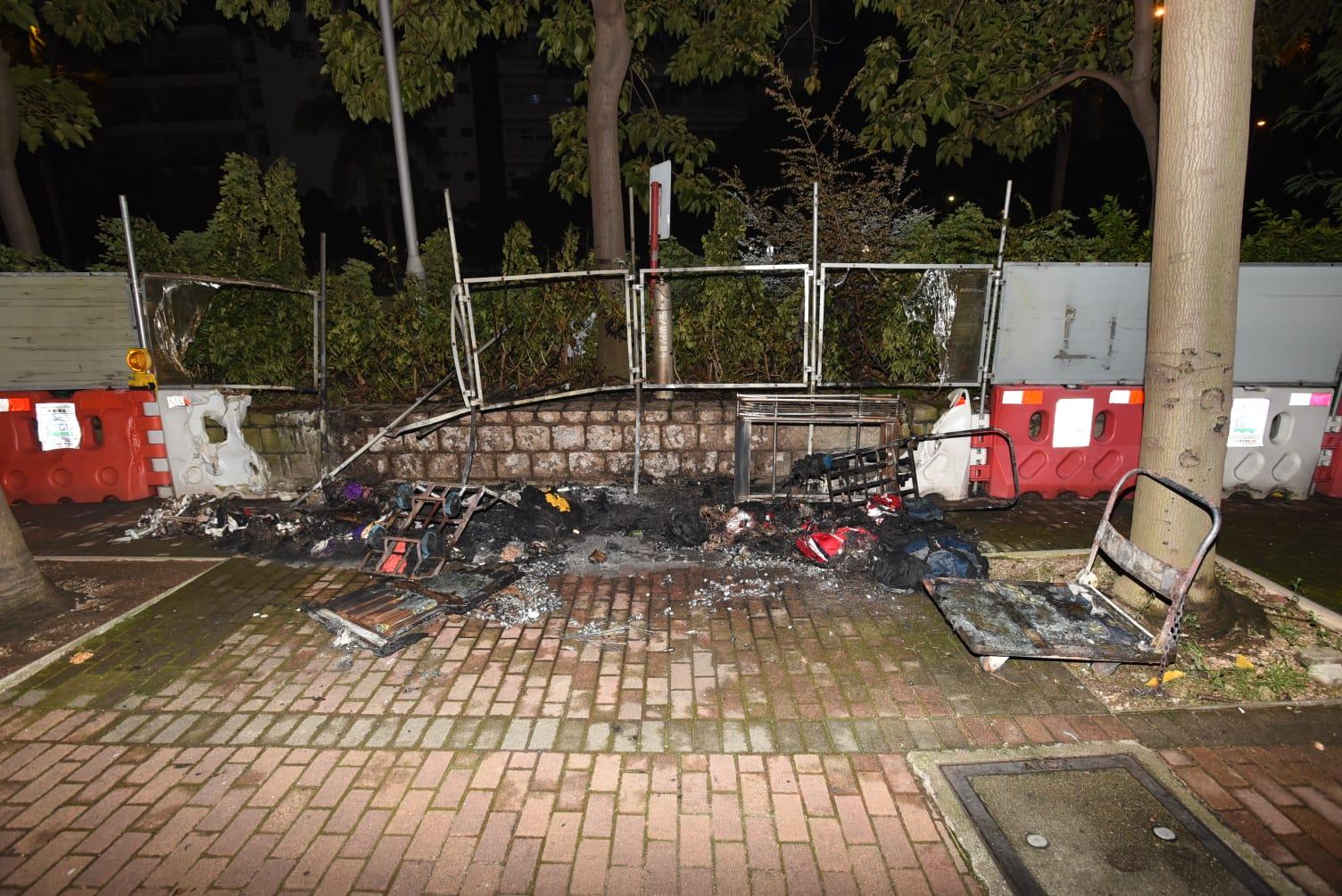 約4個水馬、3輛電單車及1輛手推車有燒過痕跡