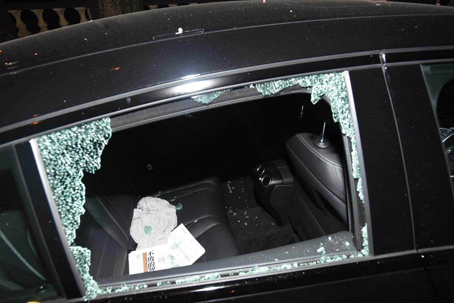 車窗被打破,車窗粉碎。