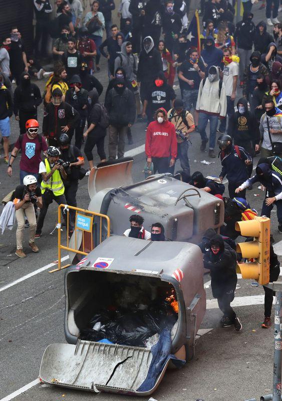 示威者上街縱火焚燒垃圾桶及堵塞馬路。AP