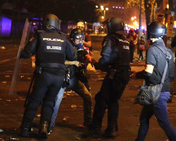 連日示威警察拘捕120多人。AP