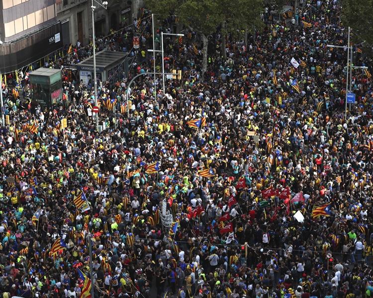 巴塞羅那同日有約50萬人遊行。AP