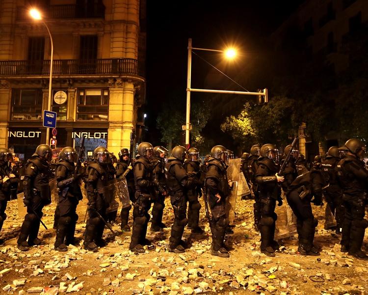 防暴警察晚上向示威者發射橡膠子彈。AP