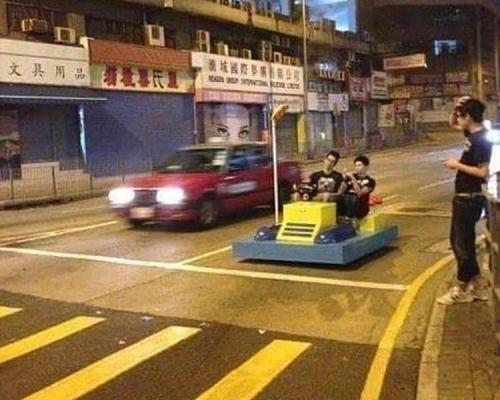 【趣趣哋】《多啦A夢》「時光機」驚現香港街道? 網民踢爆真係穿越時空
