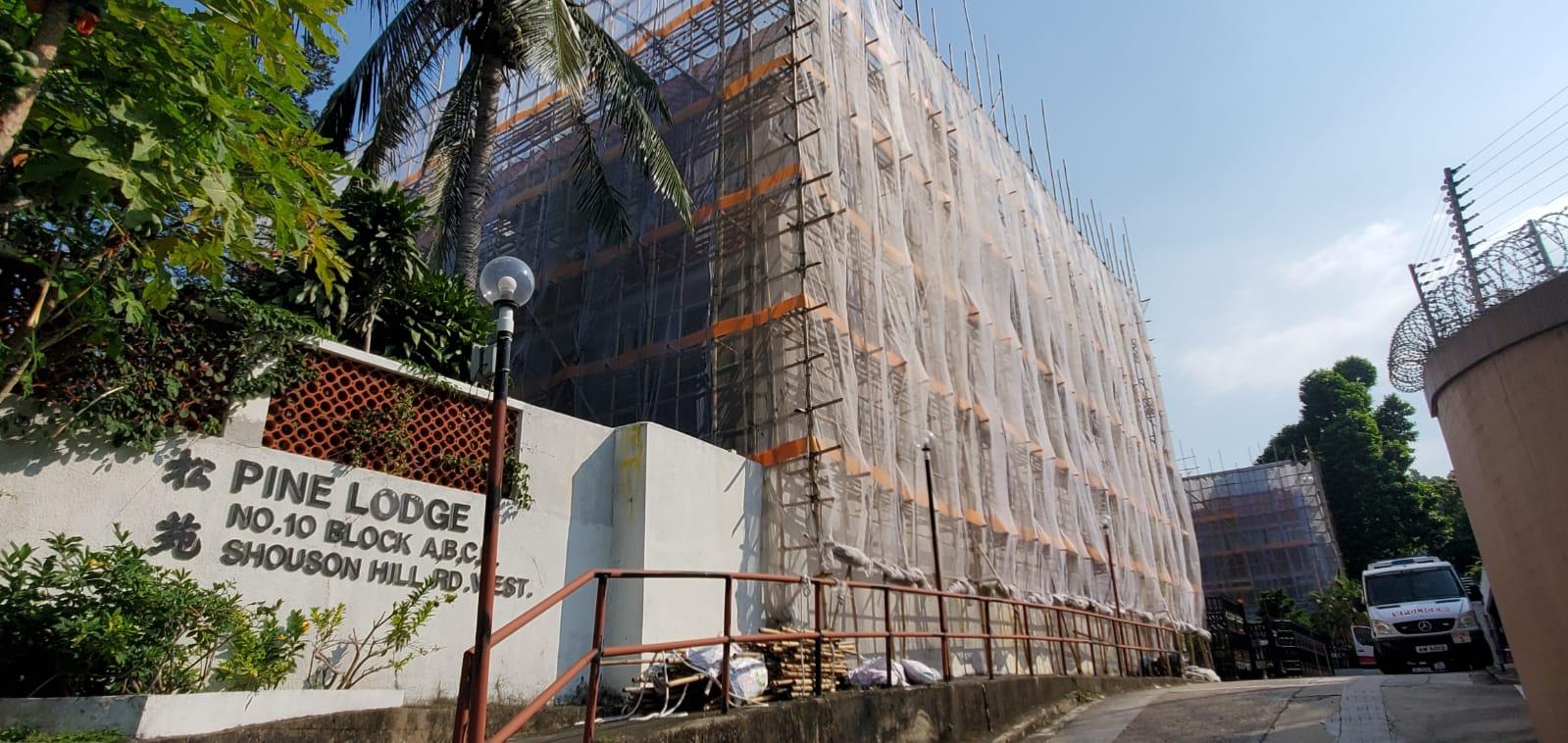 現場正進行外牆維修工程。