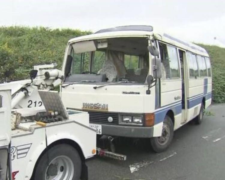 肇事小巴事后被拖走。NHK截图