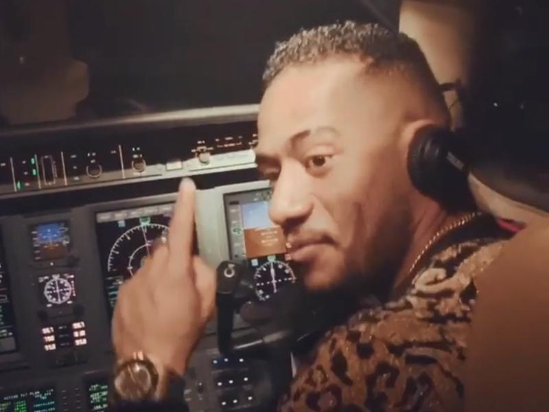 埃及一名民航機師在一次旅程中,竟然讓男影星穆罕默德‧拉馬丹坐進客機駕駛艙內。  Mohamed Ramadan IG