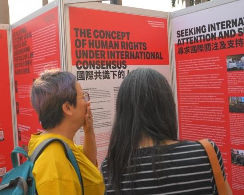 網民尖沙嘴辦針對警察展覽 一度遭保安阻止