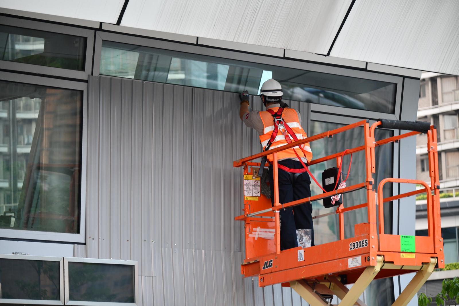 高鐵西九龍站加強保安 架設大型水馬及鐵閘