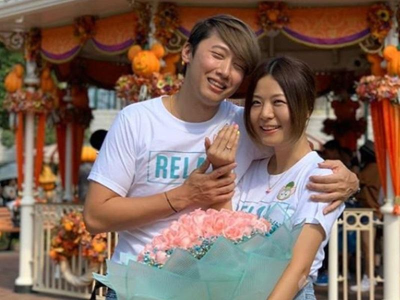 接受男友求婚晒鑽戒,馮曦妤明年6月訂婚。IG
