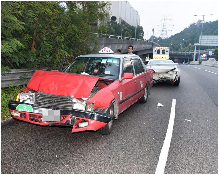 的士收掣不撞向私家車車尾後打白鴿轉。