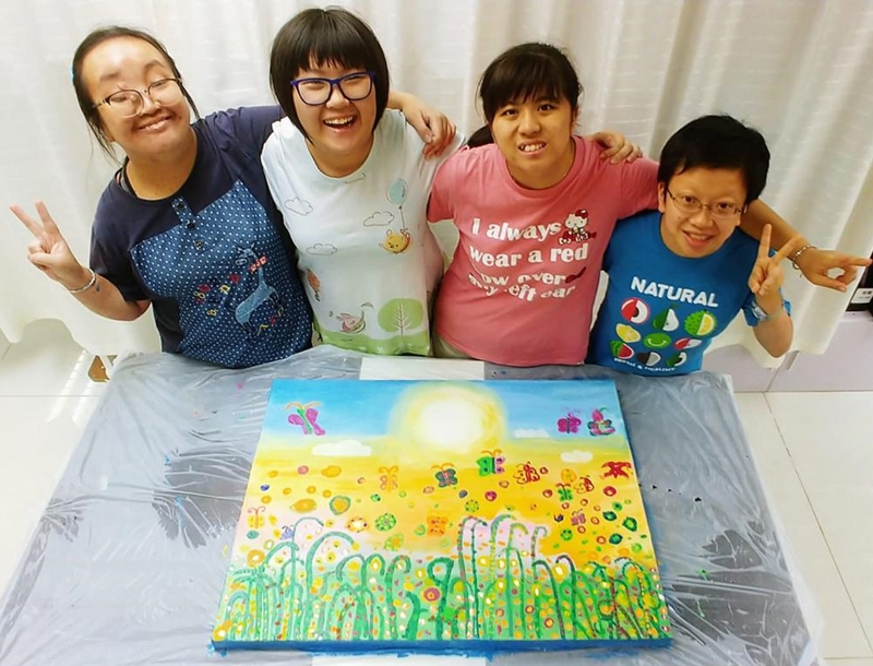 四名智障青年合作完成作品「心」。