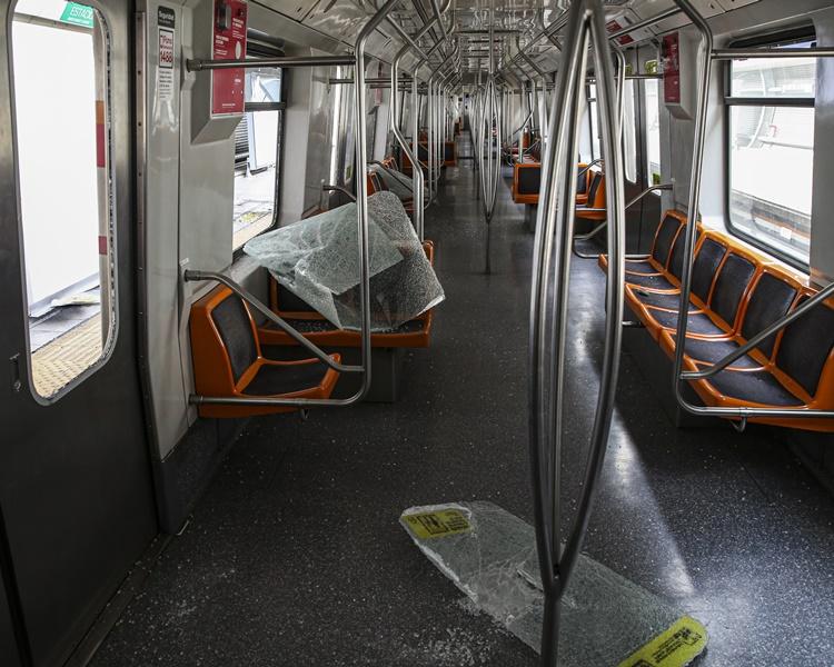 示威者大肆破坏地铁车站及公共设施。