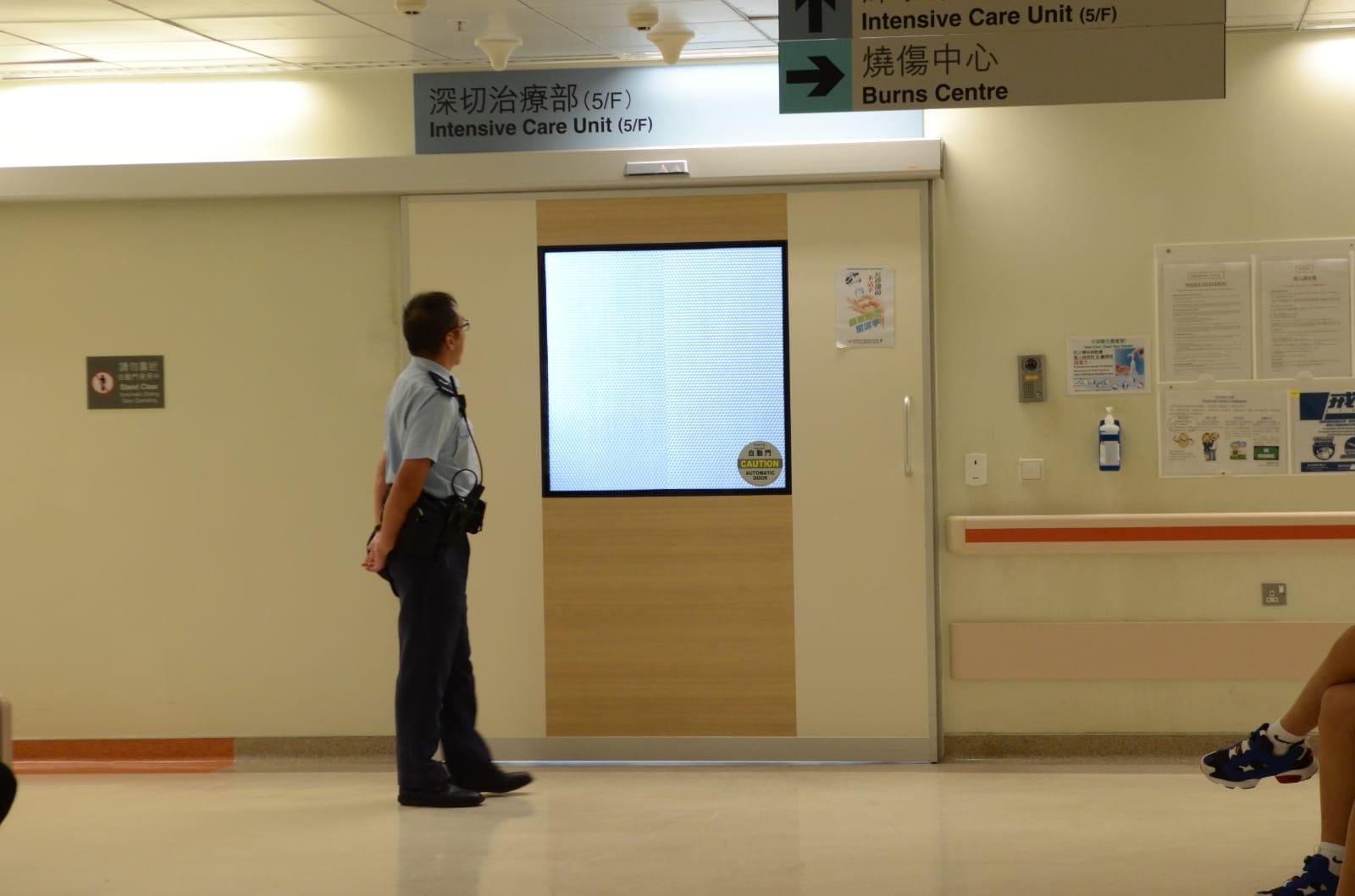 青年目前留醫威院深切治療部,有警員在場駐守。