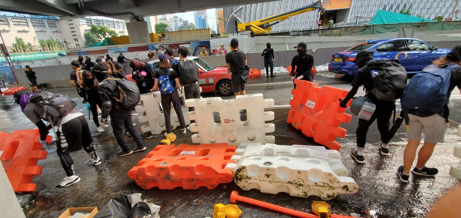 示威者沿途堵路。
