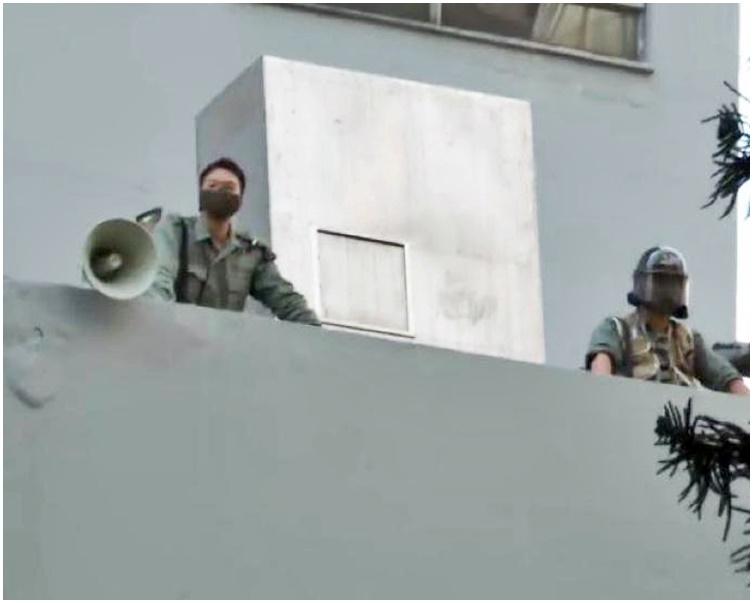 沙嘴警署有警員透過揚聲器警告示威者。港台圖片