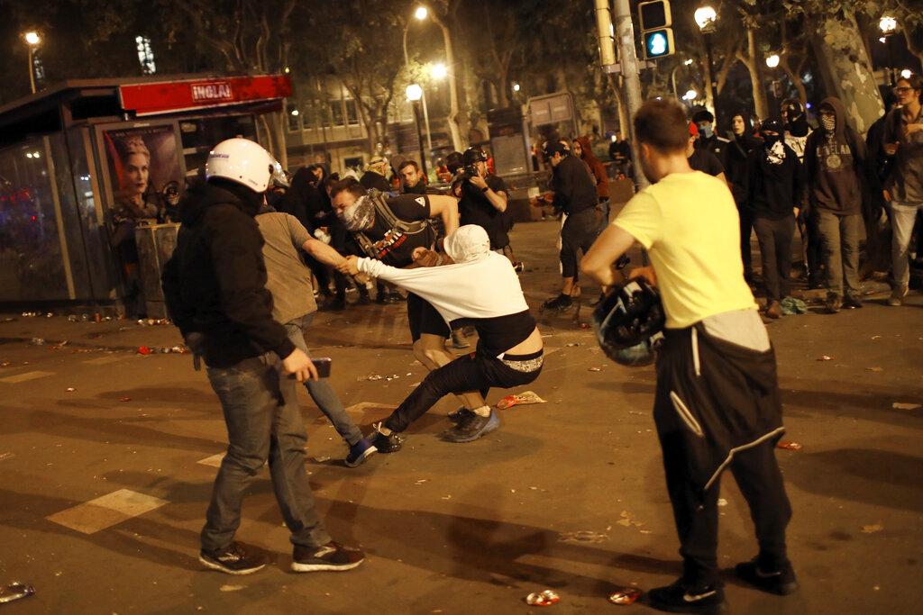 警民衝突。AP