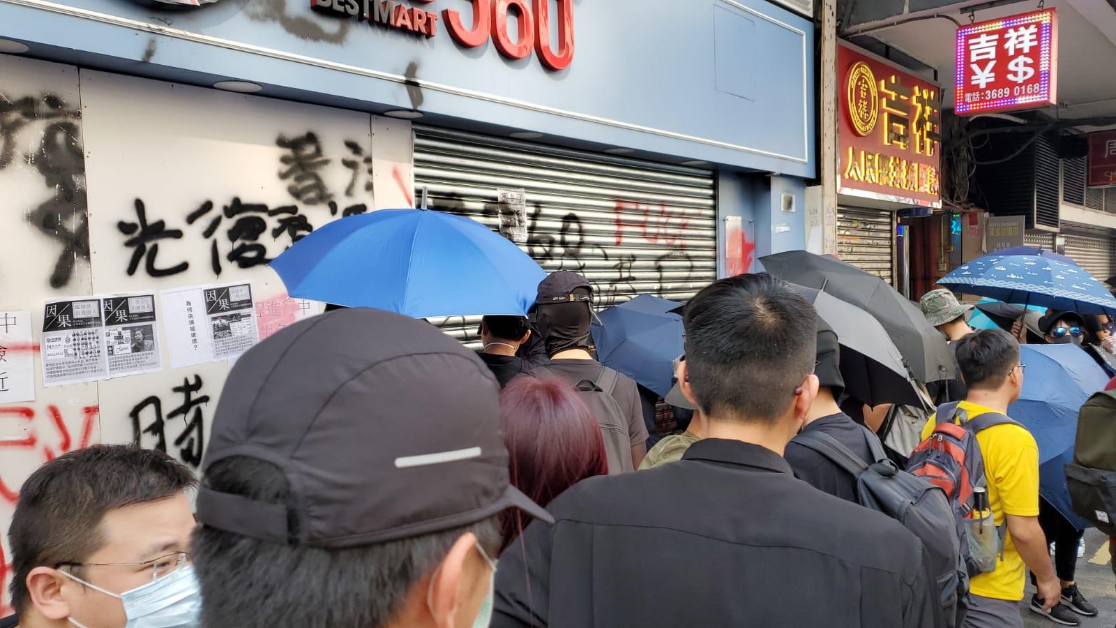 示威者以噴漆在零食店優品360一間分店門外塗鴉。
