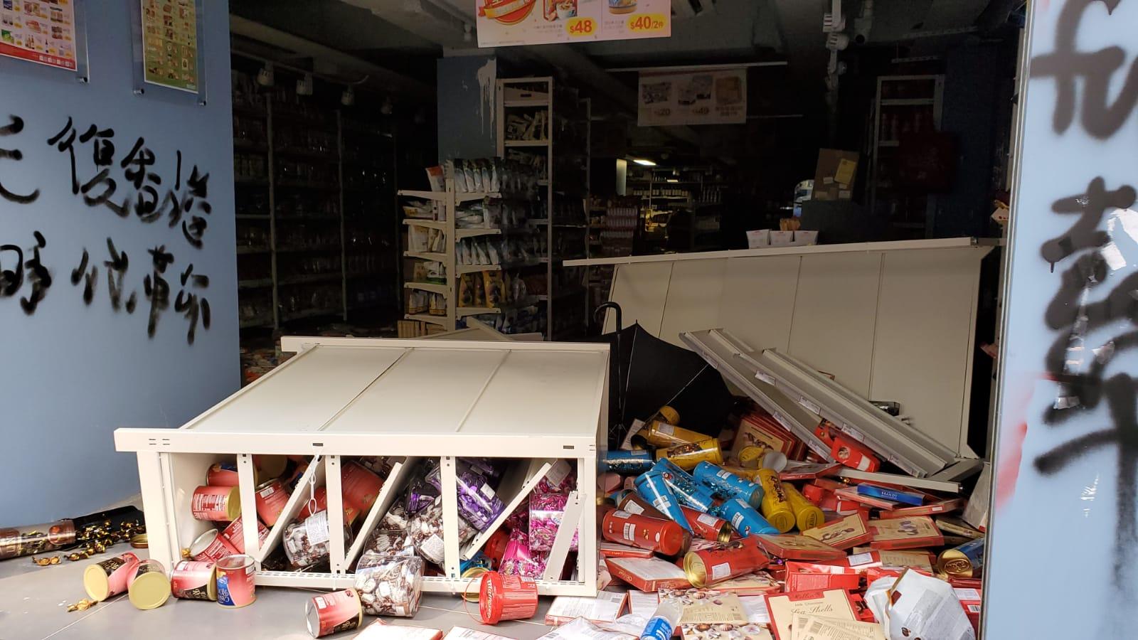 貨架被推倒,貨物散落一地。