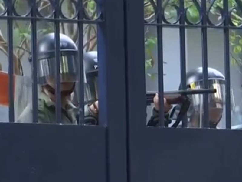 警員舉槍指向市民。港台圖片