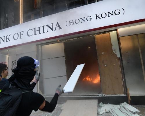 【修例風波】示威者廣東道及旺角中資銀行分行縱火 冒出濃煙