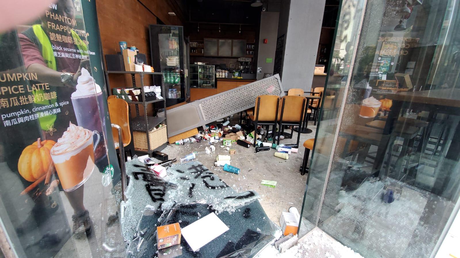 示威者打破大門入內搗亂,推跌店內貨物。