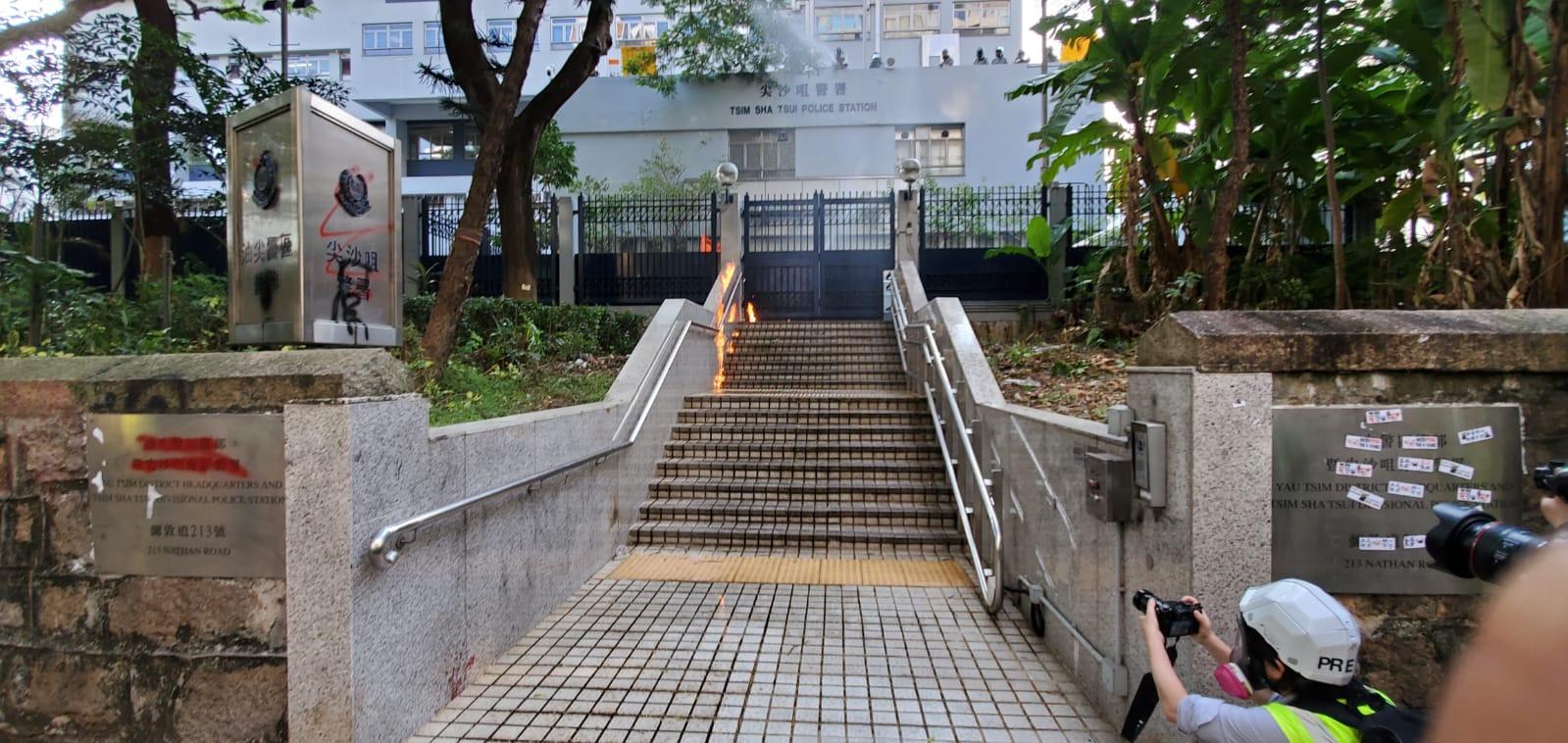 尖沙咀警署門外梯級有人掟燃燒彈。