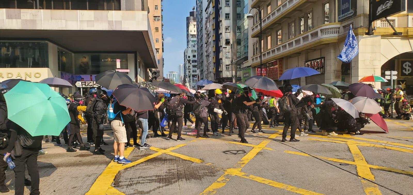 示威者聚集。