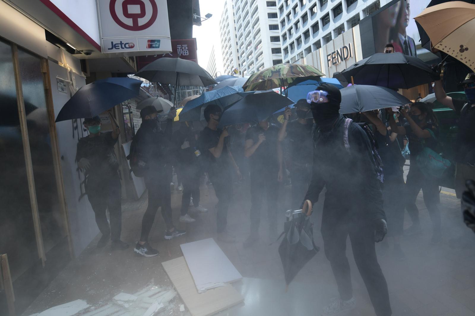暴徒針對中資銀行進行破壞。