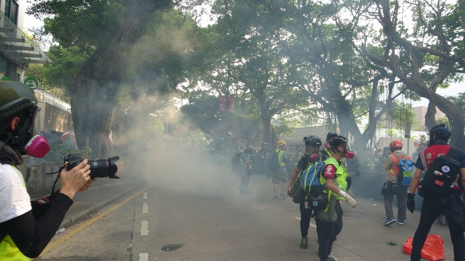 警員施放催淚彈。