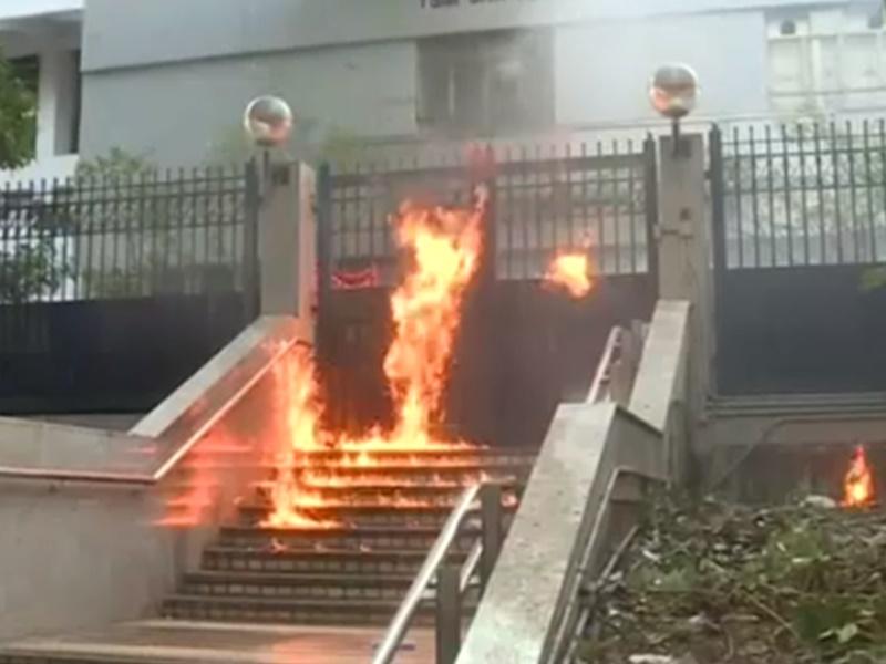 尖沙咀警署門外梯級有人掟燃燒彈。港台圖片