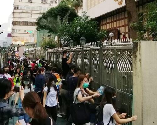 【修例風波】尖沙嘴清真寺外被藍水射中 市民自發清理