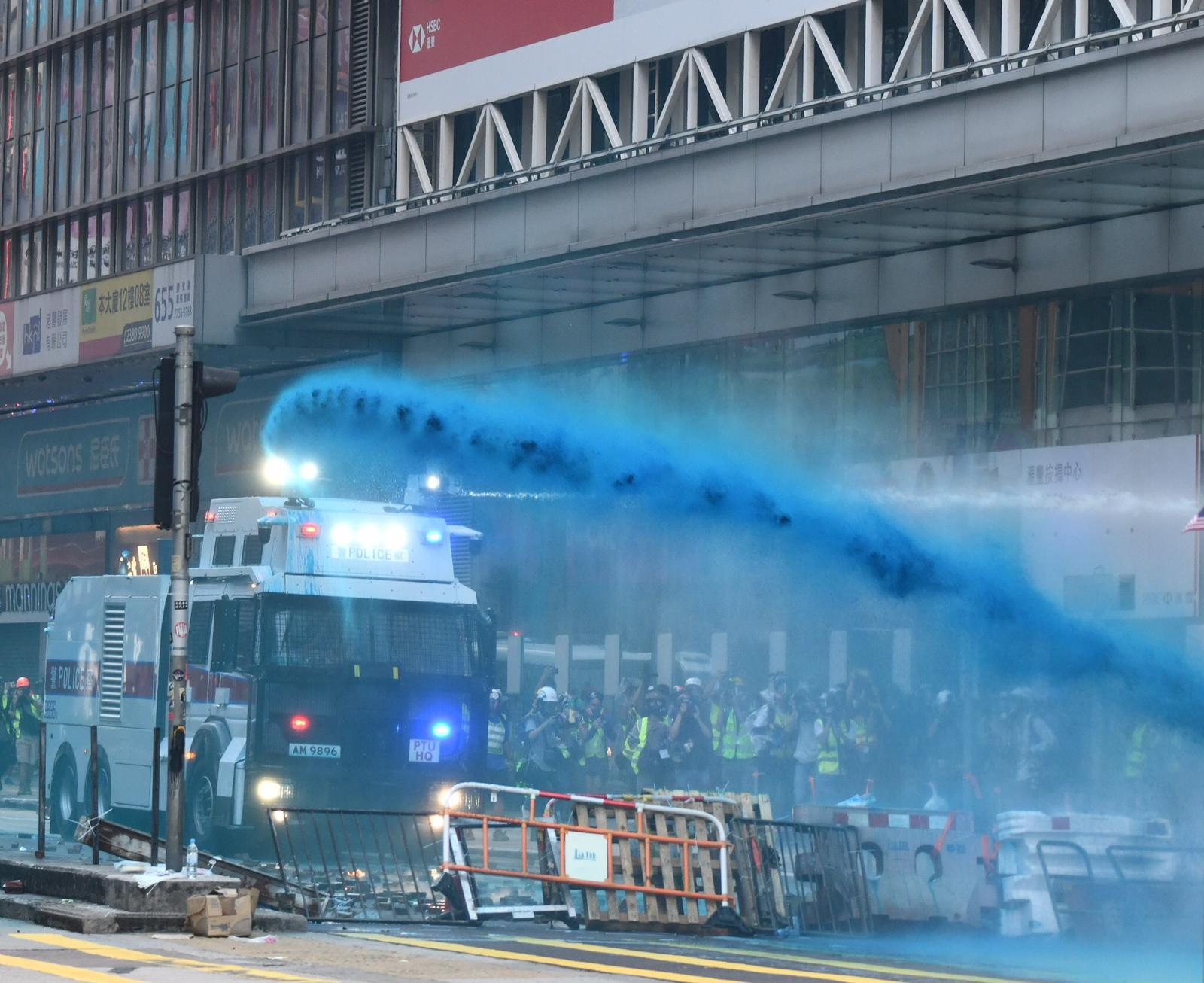 【修例風波】警旺角警署外射催淚彈 彌敦道警民對峙