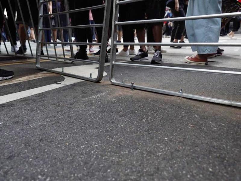 有人利用爆炸螺絲將鐵欄鑲馬路。柯耀林圖片