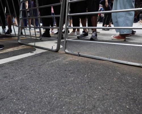 【修例風波】示威者築路障新招 鐵欄鑲馬路
