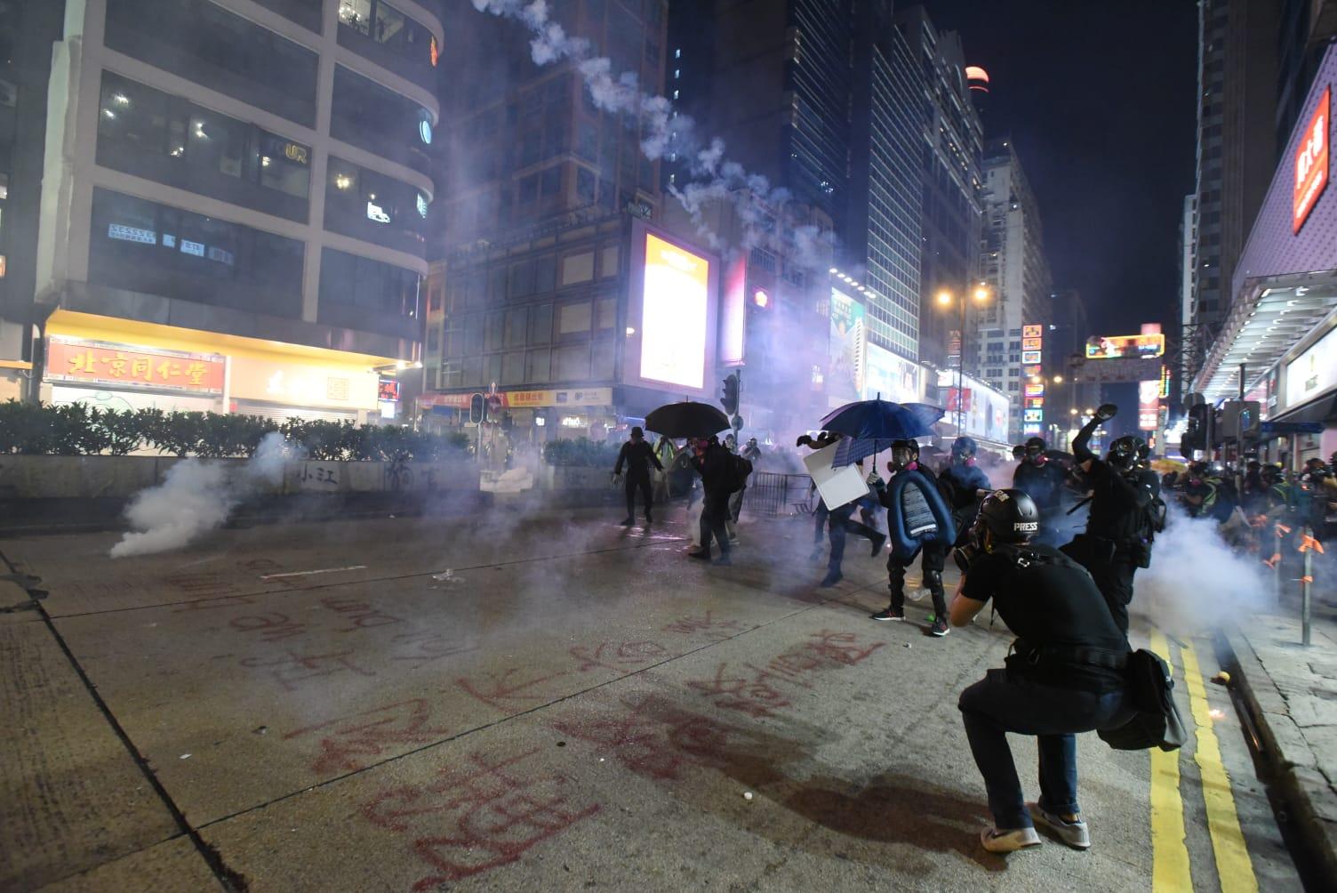 【修例風波】警旺角連發多枚催淚彈 示威者擲汽油彈還擊