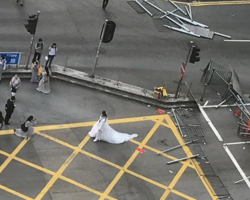 【修例風波】油尖旺爆衝突 新人穿禮服路障前「打卡」