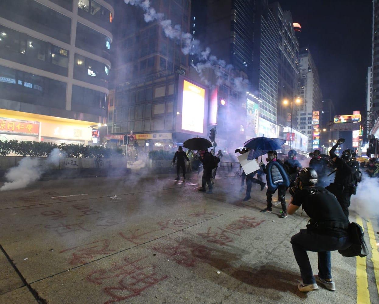 【修例風波】警彌敦道舉黑旗射催淚彈 許智峯投訴被警踩腳