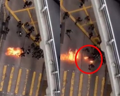 【修例風波】黑衣人天橋掟汽油彈 防暴警被濺中雙腳起火(片段)