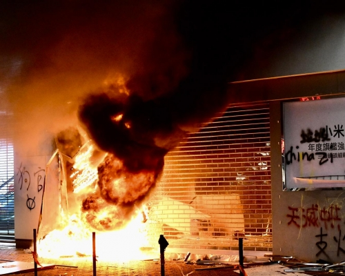 【修例風波】旺角小米地舖起火 大閘焚毀火勢猛烈