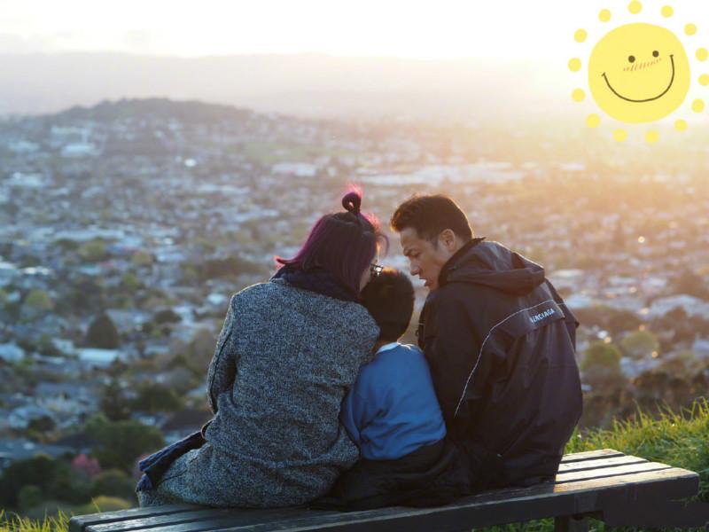 楊千嬅貼出一張與丈夫一丁子高及兒子Torres一家三口坐在長椅上的背面照。 微博圖片